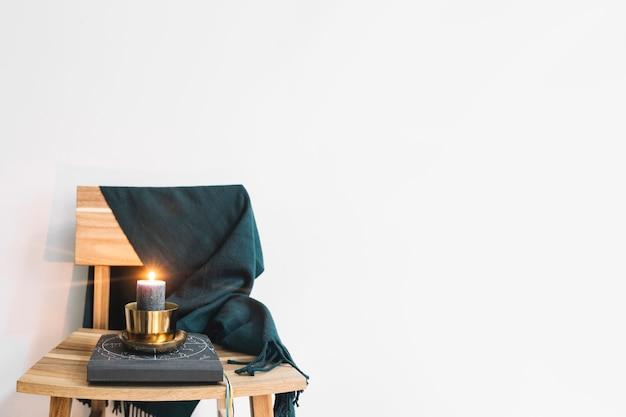 Kerze im kerzenständer auf stuhl