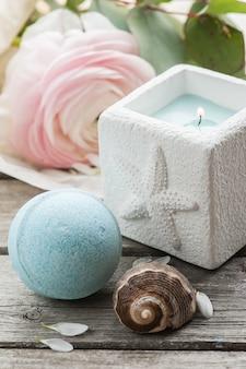 Kerze und blaue badebombe
