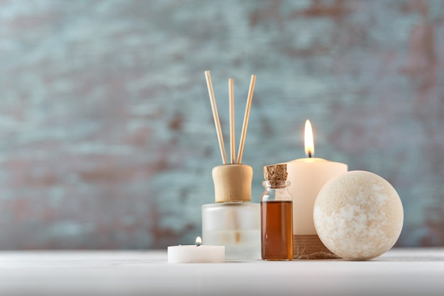 Kerze und massageöl auf weißer tabelle