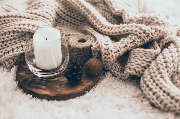Kerze und strickkleidung
