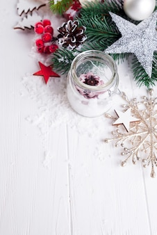 Kerze und weihnachtsdekoration