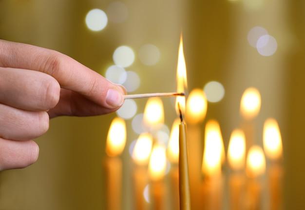 Kerze von hand anzünden