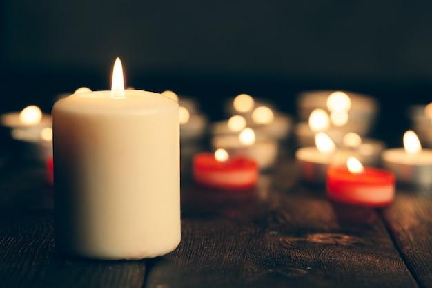 Kerzen brennen in der dunkelheit auf schwarzem hintergrund