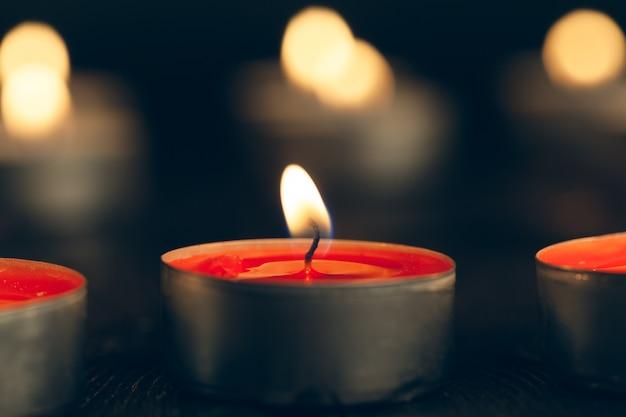 Kerzen brennen in der dunkelheit. gedenkkonzept.