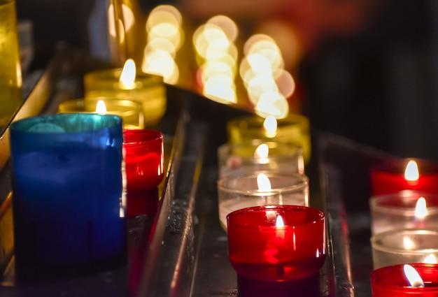 Kerzen brennen in einer kirche