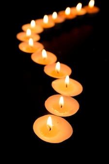 Kerzen, die in einer gekrümmten linie beleuchten