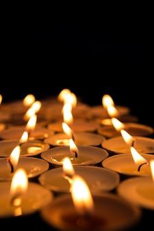 Kerzen erhellen die dunkelheit