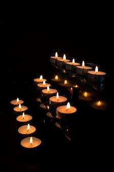 Kerzen im altar erleuchten die dunkelheit