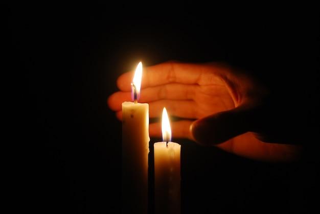 Kerzen im dunkeln brennen