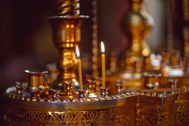 Kerzen im kerzenhalter im tempel