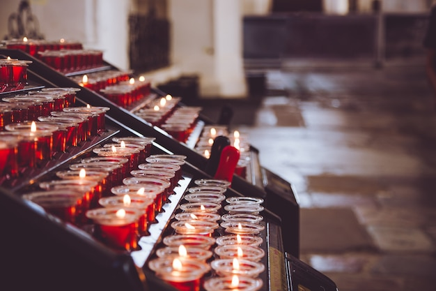 Kerzen in der kirche.