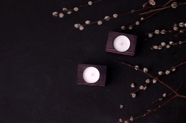 Kerzen in einem hölzernen kerzenhalter
