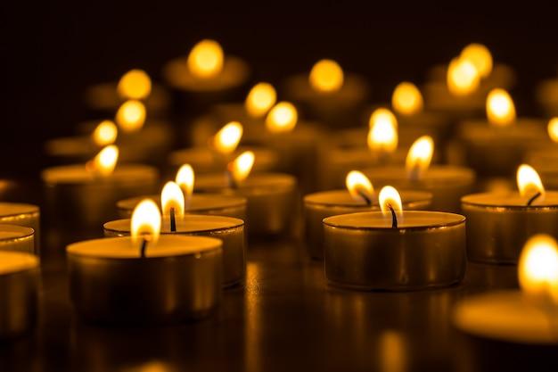 Kerzen leuchten. nachts brennen weihnachtskerzen. abstrakter kerzenhintergrund. goldenes licht der kerzenflamme.