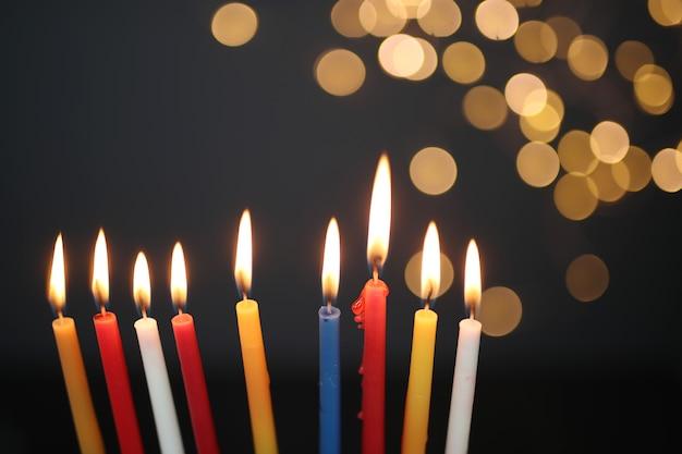 Kerzen mit bokeh-lichtern