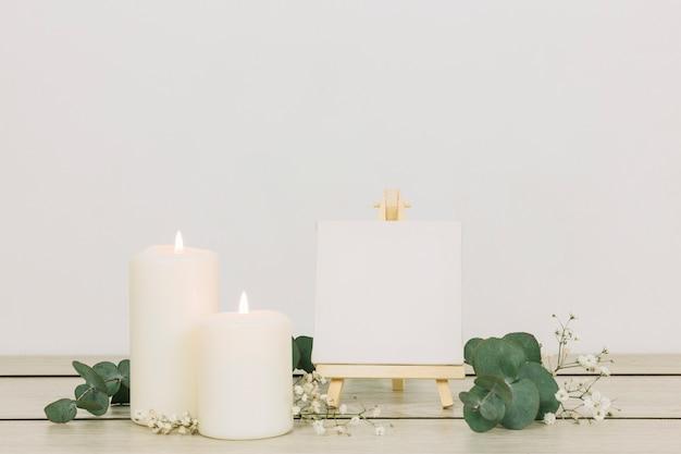 Kerzen mit einer leeren leinwand
