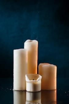 Kerzen über dunkelblauer wand
