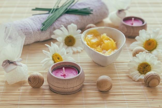 Kerzen und schale mit sheabutter