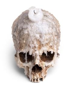Kerzenhalter vom menschlichen schädel lokalisiert auf weiß