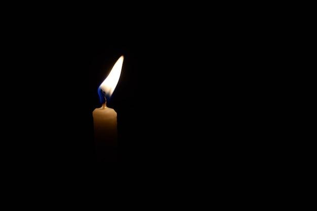 Kerzenlicht in der mitte des schwarzen bildschirms