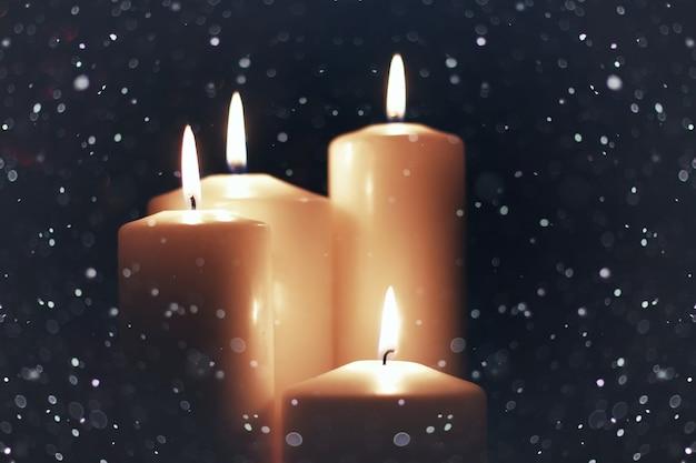 Kerzenlicht isoliert schwarz mit schnee