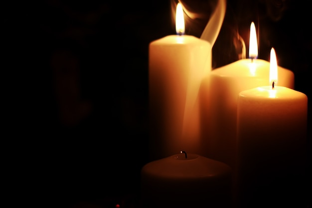 Kerzenlicht isoliert schwarz