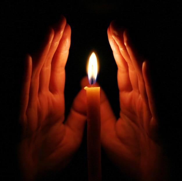 Kerzenlicht mit den händen
