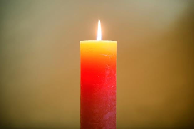 Kerzenlicht mit flamme auf dunklem weichem hintergrund
