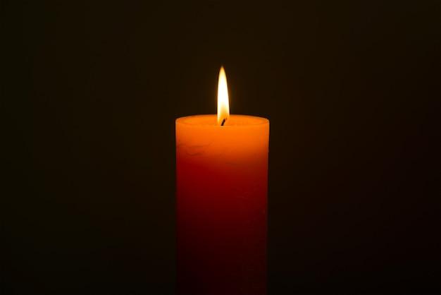 Kerzenlicht mit flamme auf schwarzem hintergrund