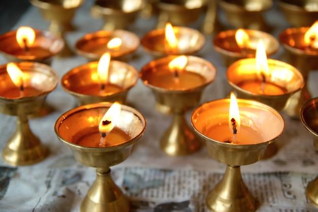 Kerzenreihen im indischen tempel