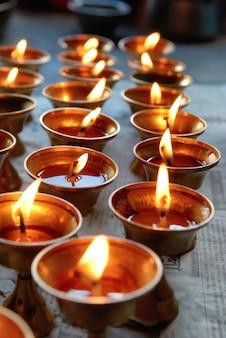 Kerzenreihen im indischen tempel Premium Fotos