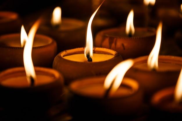 Kerzenschale im tempel nachts