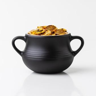 Kessel mit goldmünzenanordnung