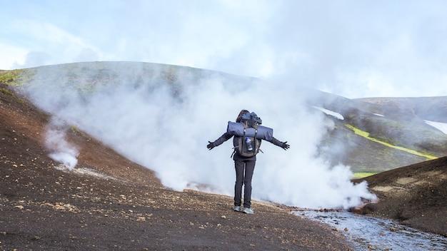 Kessel mit kochendem wasser auf dem trekking von landmannalaugar, island
