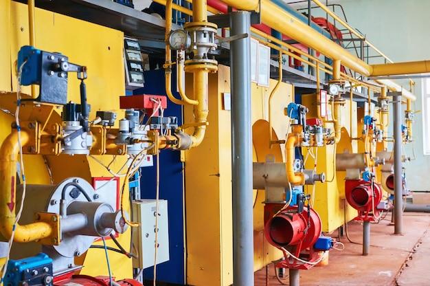 Kessel mit vier großen kesseln mit gelben und roten und blauen brennern.