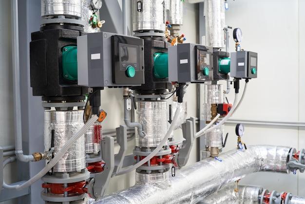 Kesselraum-anlagenrohre ventile zirkulierende wasserpumpe. Premium Fotos