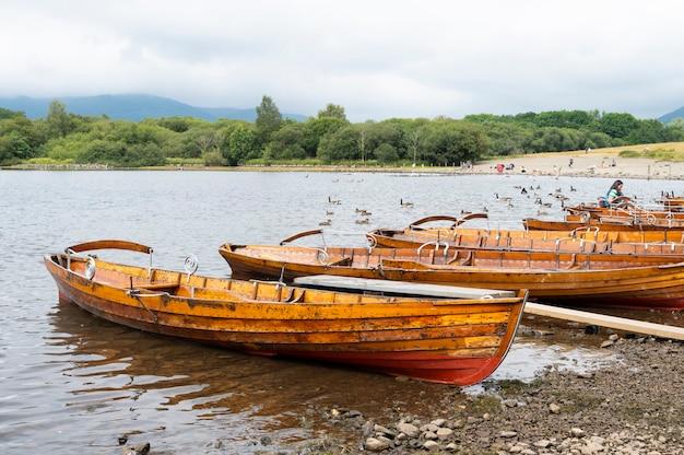 Keswick, englischer lake district, großbritannien, 28. juli 2021. schöne alte boote am see. beliebtes reiseziel in großbritannien