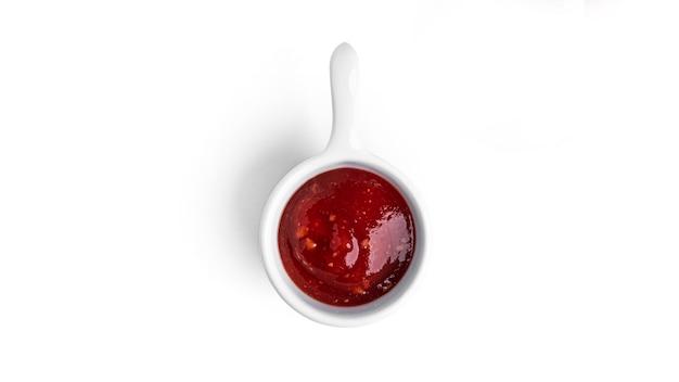 Ketchup isoliert auf weiß.