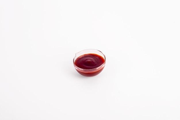 Ketchup oder tomatensauce auf weißem hintergrund