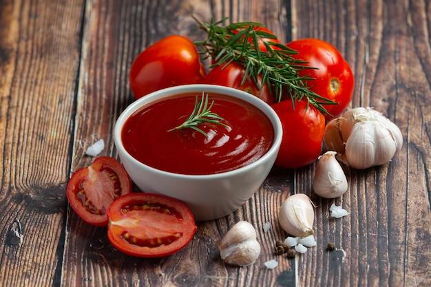 Ketchup oder tomatensauce mit frischer tomate