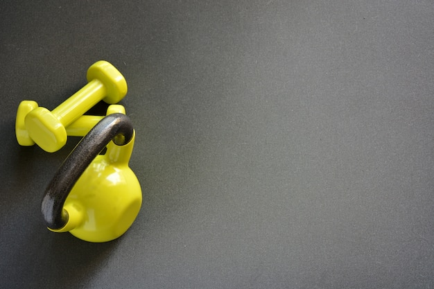 Ketlebell mit medizinball und zwei kurzhanteln und einem seil zum springen