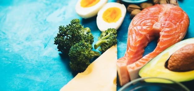 Keto-diät, essen auf blauem hintergrund. selektiver fokus.natur
