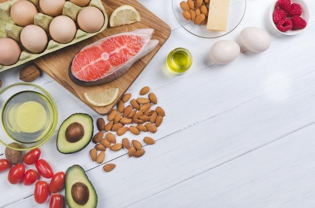 Keto-diät. gesundes essen mit niedrigem kohlenhydratgehalt auf weißem hintergrund