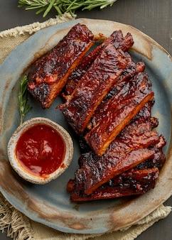 Keto-essen, würzige barbecue-schweinerippchen. langsames kochrezept.