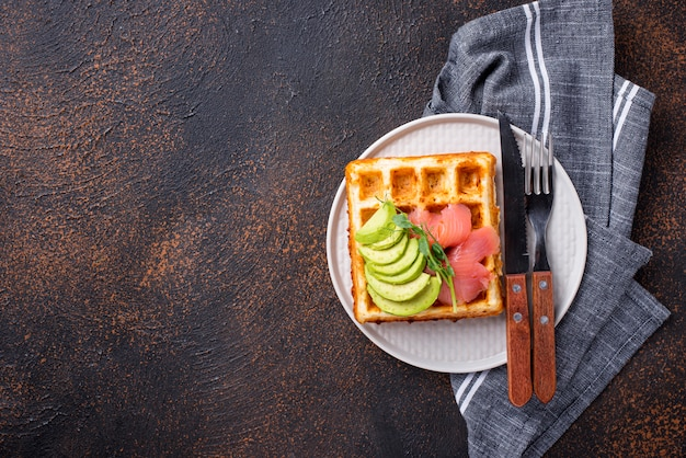 Keto-käse-waffel mit avocado