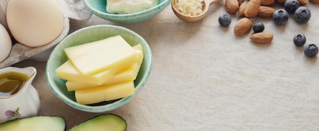 Keto, ketogene ernährung, kohlenhydratarmes, fettreiches und gesundes lebensmittel zur gewichtsreduktion