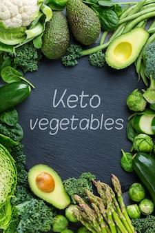 Keto-konzept für ausgewogene ernährung. auswahl an gesundem bio-ketogen-grüngemüse, kohlenhydratarme lebensmittelzutaten zum kochen auf einem küchentisch. hintergrund der draufsicht
