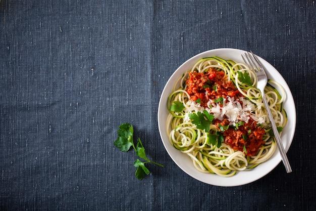 Keto paleo zoodles bolognese: zucchininudeln mit fleischsauce und parmesan