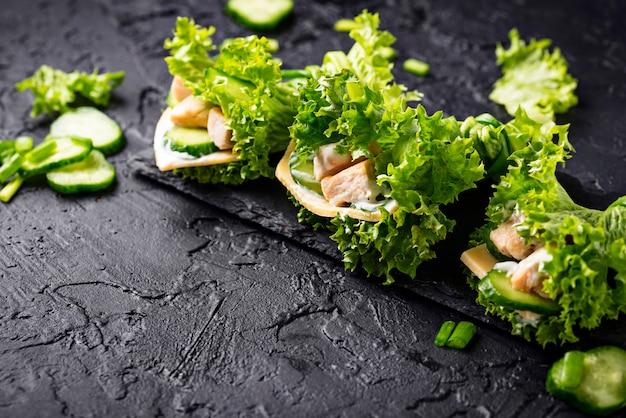 Ketogene burritos mit niedrigem kohlenhydratanteil, umhüllt von salat