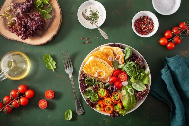Ketogene paläo-diät-brotdose. halloumi-käse, avocado-karotten-gurken-salatblätter
