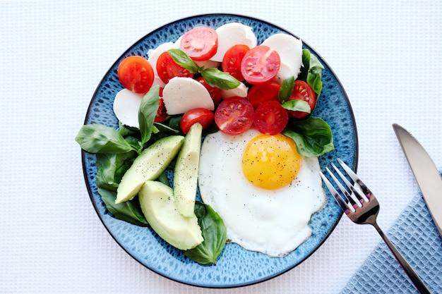 Ketogene paläo-diät. gesundes frühstück.